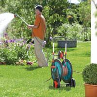 Schlauchwagen beim Einsatz im Garten